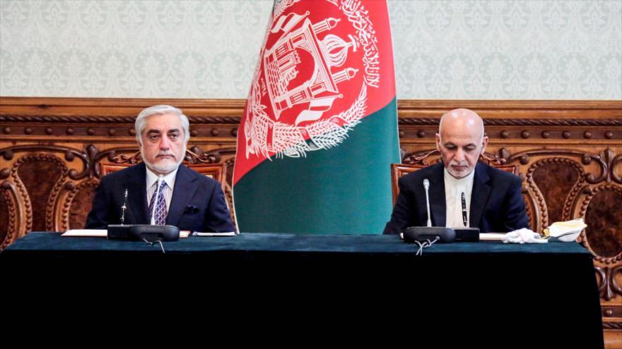 El presidente afgano, Ashraf Qani (dcha.), y su rival, Abdulá Abdulá, firman un acuerdo en Kabul, capital, 17 de mayo de 2020. (Foto: AFP)