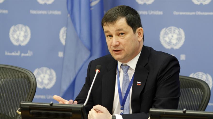 El embajador adjunto de Rusia ante la ONU, Dmitry Polyanskiy, habla durante una rueda de prensa en Nueva York, EE.UU., 4 de marzo de 2019.