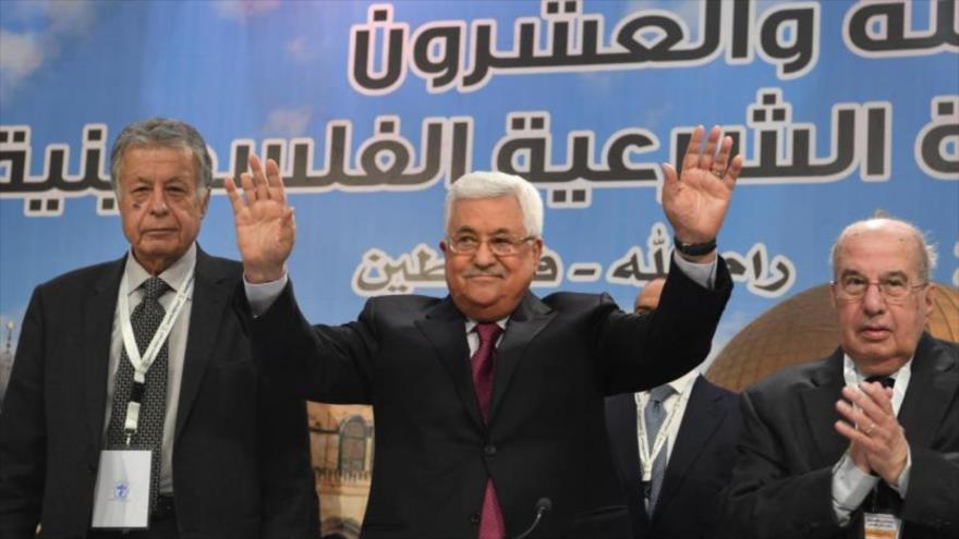 El presidente del Consejo Nacional Palestino (CNP), Salim al-Zanoun (dcha), aplaude al dirigente de la Autoridad Nacional Palestina (ANP), Mahmud Abás, en un acto.