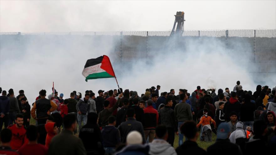 Palestinos protestan en Gaza y las fuerzas israelíes les disparan gas lacrimógeno, 30 de marzo de 2019. (Foto: Reuters)