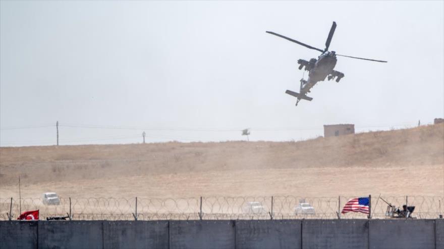 Helicóptero estadounidense sobrevuela una patrulla de las tropas de Turquía y EE.UU. cerca de la frontera siria, 8 de septiembre de 2019. (Foto: AFP)