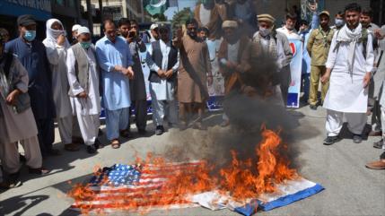 Vídeo: Paquistaníes queman banderas de EEUU e Israel
