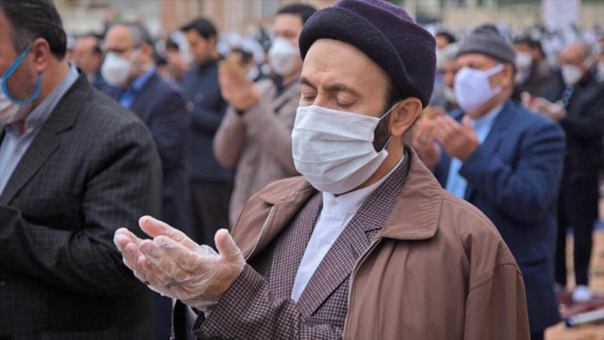 Iraníes asisten al rezo de Eid al-Fitr cumpliendo con el distanciamiento social por la COVID-19, Ardebil, 24 de mayo de 2020.