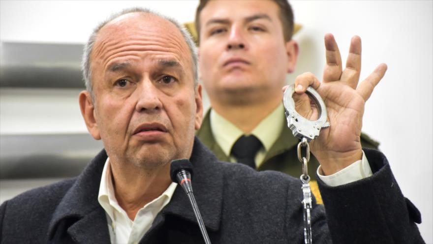 El ministro interino del gobierno de facto de Bolivia, Arturo Murillo, muestra unas esposas en una rueda de prensa.
