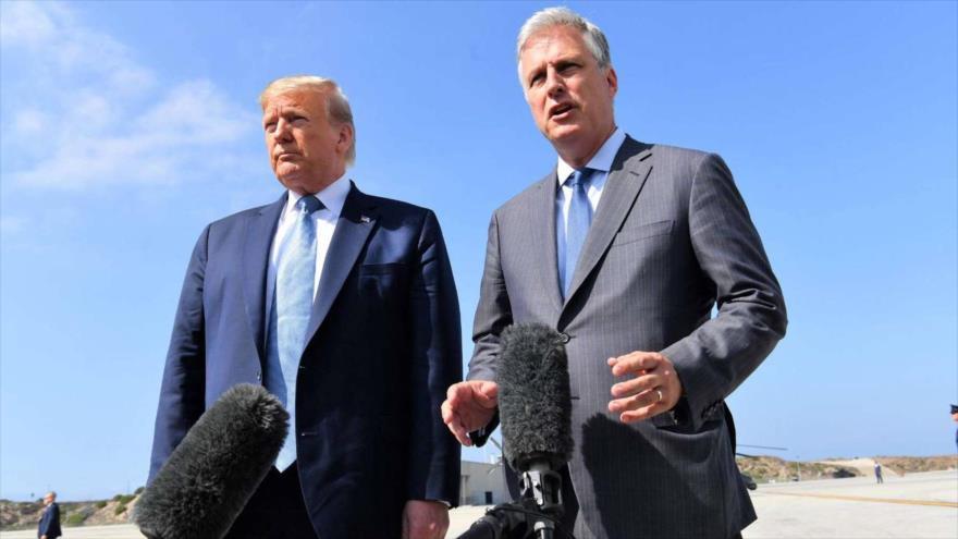 El presidente estadounidense Donald Trump (izda.) junto con el asesor de Seguridad Nacional, Robert OBrien, en aeropuerto internacional de Los Ángeles (California), 18 de septiembre de 2019.