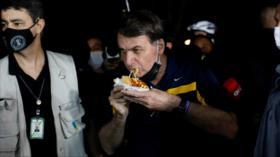 """Vídeo: Bolsonaro come en la calle en medio de gritos de """"asesino"""""""