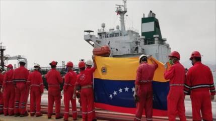 Nuevas imágenes del petrolero iraní Fortune en puerto venezolano