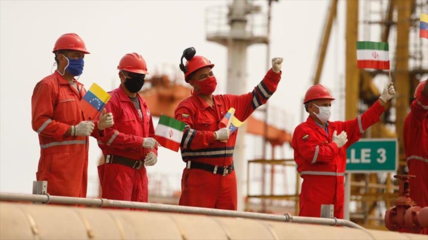 Trabajadores de la refinería El Palito, situada en el estado venezolano de Carabobo, reciben al petrolero iraní 'Fortune', 25 de mayo de 2020.