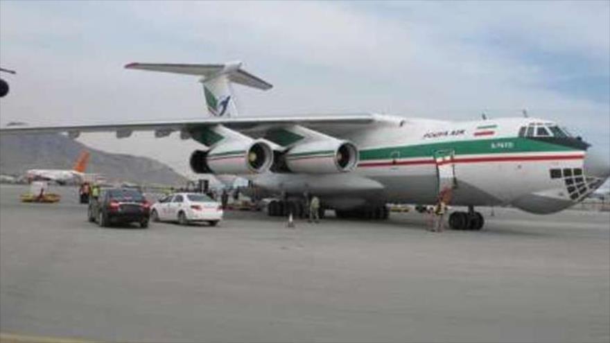Un avión, cargado de ayuda humanitaria de Irán, aterriza en el aeropuerto de Kabul, capital de Afganistán, 26 de mayo de 2020.