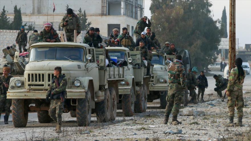 Soldados del Ejército sirio avanzan por una carretera en Alepo (noroeste), 17 de febrero de 2020. (Foto: AFP)