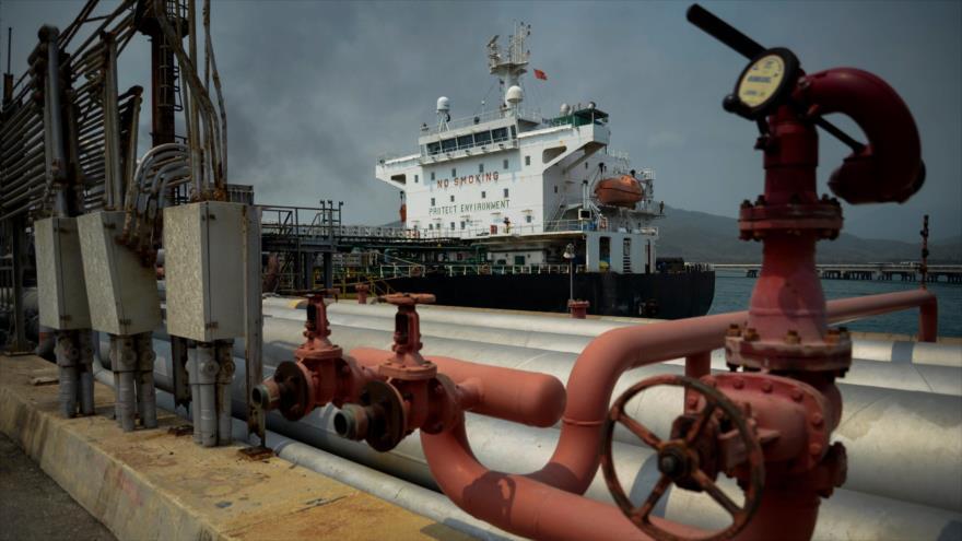 El petrolero de bandera iraní Fortune atraca en la refinería El Palito después de su llegada a Puerto Cabello, Venezuela, 25 de mayo de 2020. (Foto: AFP)