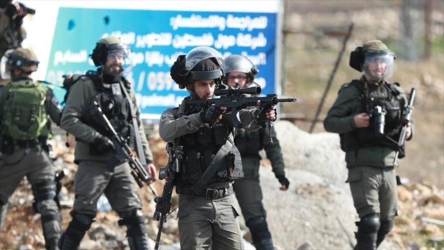 Los soldados israelíes atacan a los palestinos en Cisjordania ocupada.