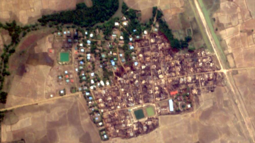 La imagen satelital que muestra casas quemadas de la minoría musulmana rohingya.