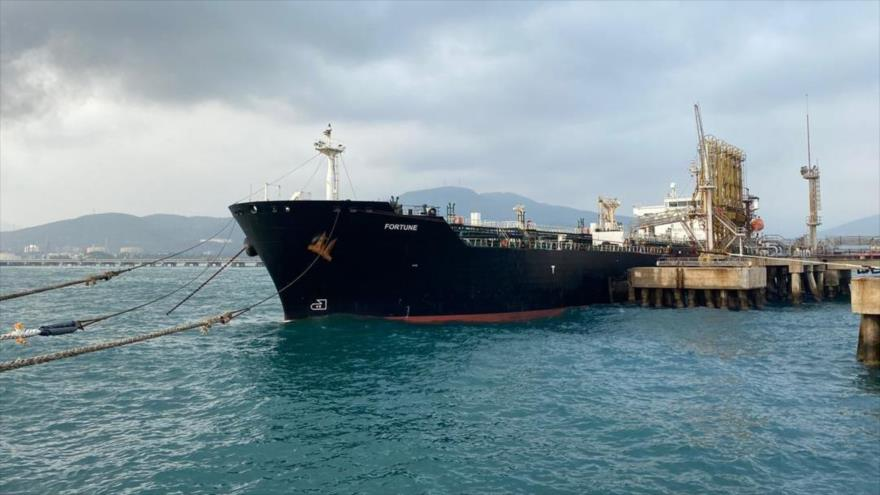 El petrolero Fortune, con bandera de Irán, atraca en la Refinería El Palito, en el estado de Carabobo, norte de Venezuela, 25 de mayo de 2020. (Foto: AFP)
