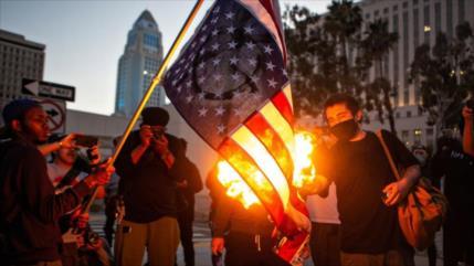 Vídeo: Queman en L. A. la bandera de EEUU por asesinato de Floyd