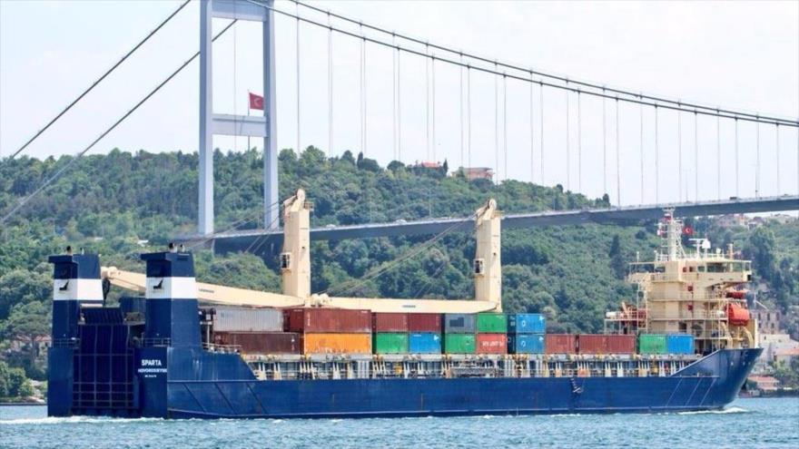 El carguero de pabellón ruso Oboronlogistika cruza el estrecho del Bósforo, en Turquía, con dirección a la base naval siria de Tartus.