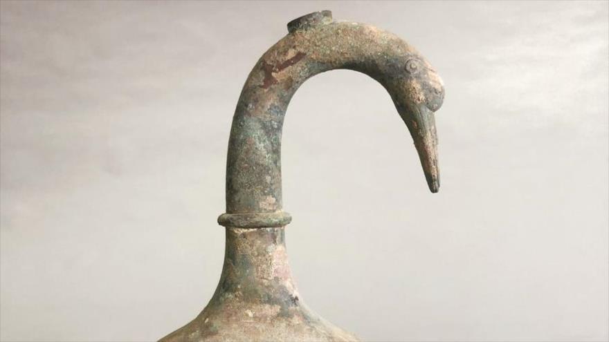 Los arqueólogos chinos hallaron una jarra de bronce con forma de cisne de 2 mil años de antigüedad con más de 3 litros de un líquido desconocido.