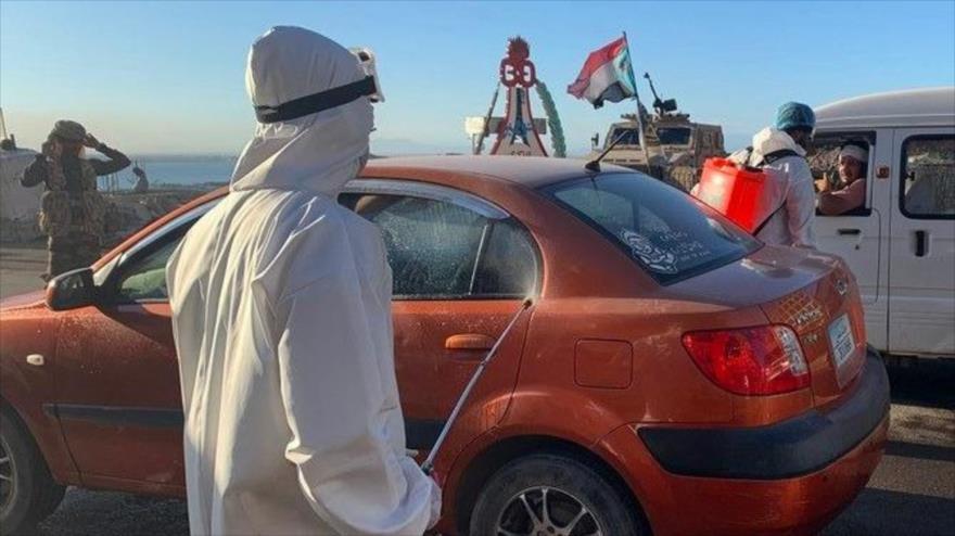 Trabajadores desinfectan los vehículos en un distrito de la provincia sureña de Adén (Yemen), en medio de la pandemia de COVID-19, 10 de mayo de 2020.