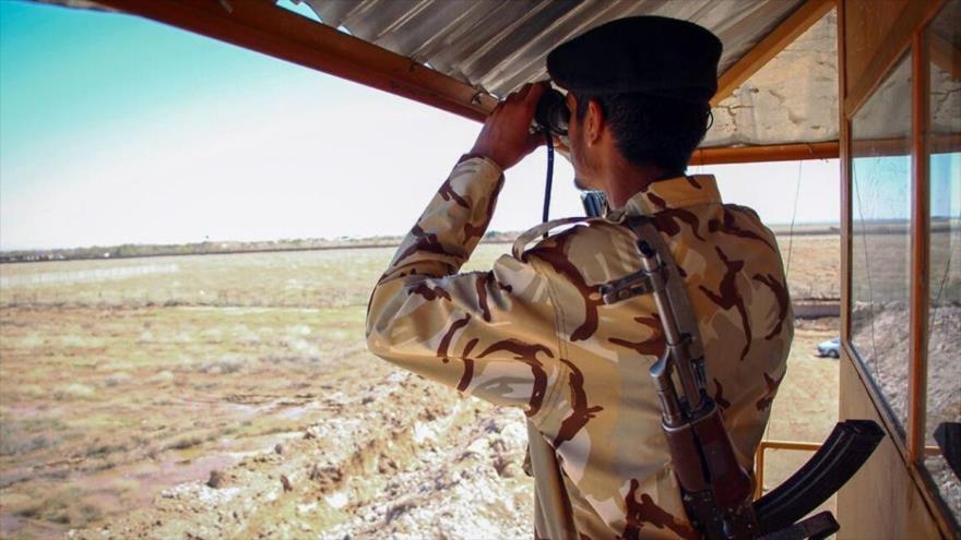 Un guardia fronterizo iraní vigila una zona limítrofe del país.