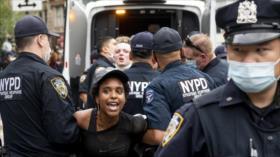 Policía detiene a decenas de manifestantes en protestas en EEUU