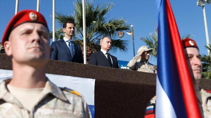 El presidente ruso, Vladimir Putin (C) y su homólogo sirio, Bashar al-Asad, en la base aérea rusa en Hmeimim, en Latakia, 11 de diciembre de 2017.