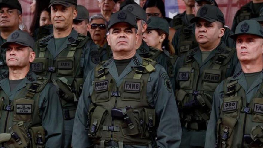 El ministro venezolano de Defensa, Vladimir Padrino López, rodeado por altos mandos durante un acto militar.