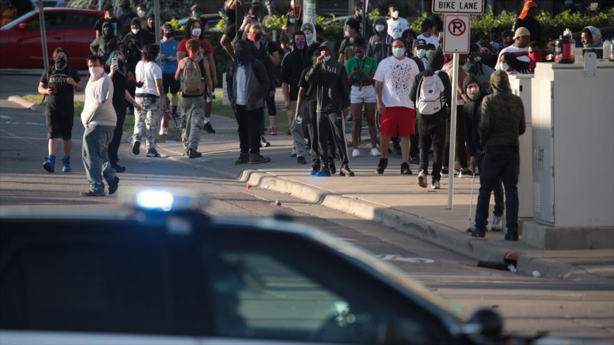 Los manifestantes estadounidenses protestan por el brutal asesinato del afrodescendiente George Floyd en Minneapolis, 28 de mayo de 2020. (Foto: AFP)