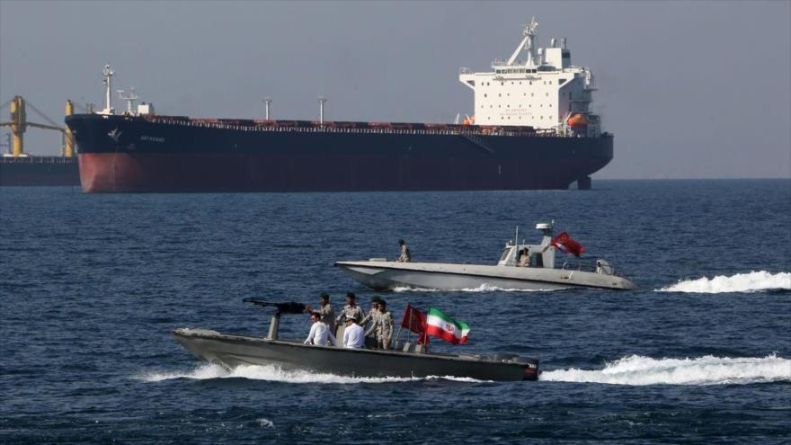 Fuerzas iraníes realizan patrullas en el estrecho de Ormuz, 30 de abril de 2020. (Foto: AFP)