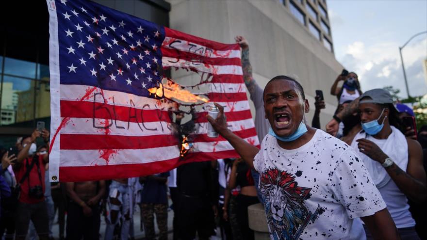 Vídeo: Queman bandera de EEUU en protestas por asesinato de Floyd | HISPANTV