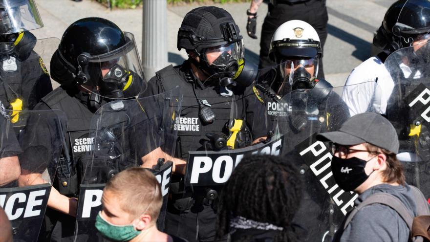 Los agentes del Servicio Secreto de EE.UU. contra los manifestantes frente a la Casa Blanca, en Washington, la capital, 30 de mayo de 2020. (Foto: AFP)
