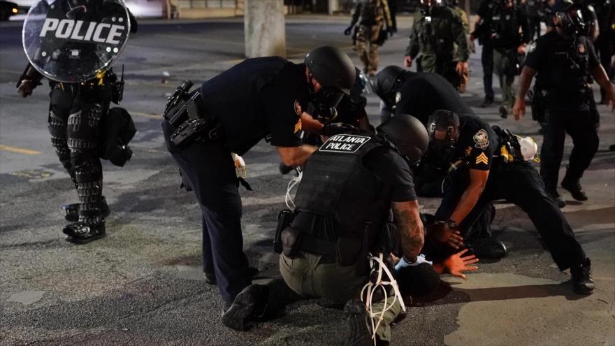 Agentes de la Policía de EE.UU. detienen a un manifestante en protestan por George Floyd, Atlanta, 30 de mayo de 2020. (Foto: AFP)