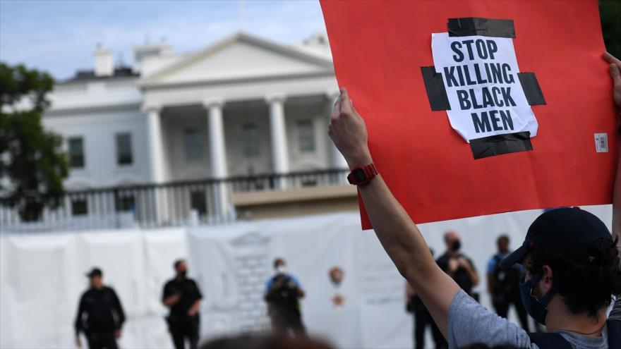 Manifestantes protestan frente a la Casa Blanca por la muerte de George Floyd, un afroamericano, por un policía blanco, 29 de mayo de 2020. (Foto: AFP)
