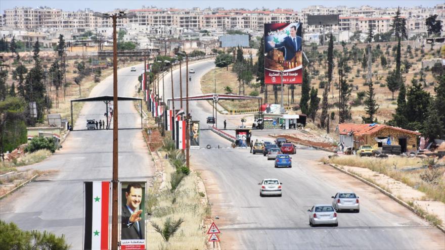Vehículos pasan por una carretera en la ciudad de Alepo, en el norte de Siria, 26 de mayo de 2020. (Foto: AFP)