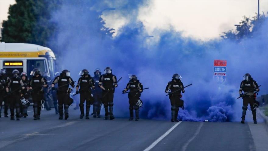 Equipo antidisturbios de Policía de EE.UU. se despliega en la ciudad de Mineápolis (norte), 30 de mayo de 2020. (Foto: AP)