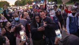 """Sheriff de Michigan se une a protestas para convertirlo en """"un desfile"""""""