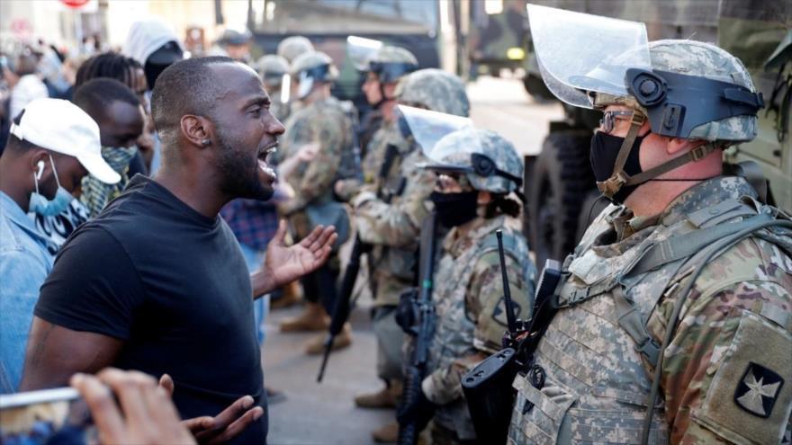 Un hombre afroamericano confronta a un oficial de la Guardia Nacional durante una protesta por el asesinato de George Floyd en Minneapolis, 29 de mayo de 2020. (Foto: Reuters)