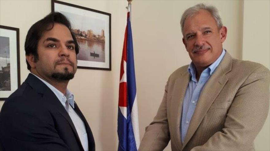 Alexis Bandrich Vega, el embajador de Cuba en Irán (dcha) y Hadi Jansari, el presidente de la Asociación de Amistad Irán y Cuba.