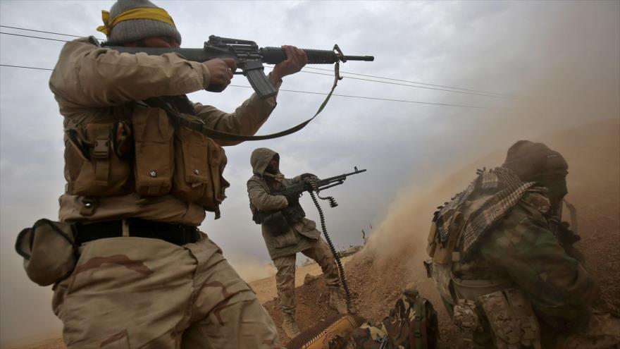 Fuerzas populares iraquíes disparan contra posiciones terroristas en la provincia de Nínive, 30 de noviembre de 2016. (Foto: AFP)