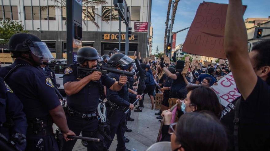Policía de EE.UU. toma posición apuntando hacia la multitud congregada en el centro de Long Beach por asesinato de Floyd, 31 de mayo de 2020. (Foto: AFP)