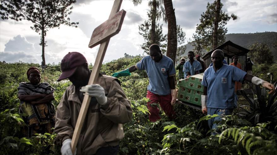 Trabajadores de la salud del Congo llevan el ataúd de una víctima del virus del Ébola en Butembo, 6 de mayo de 2019. (Foto: AFP)