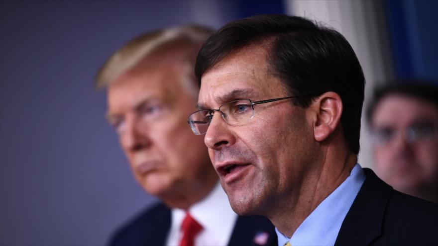 El secretario de Defensa de EE.UU.,Mark Esper, junto al presidente estadounidense, Donal Trump, en una rueda de prensa.