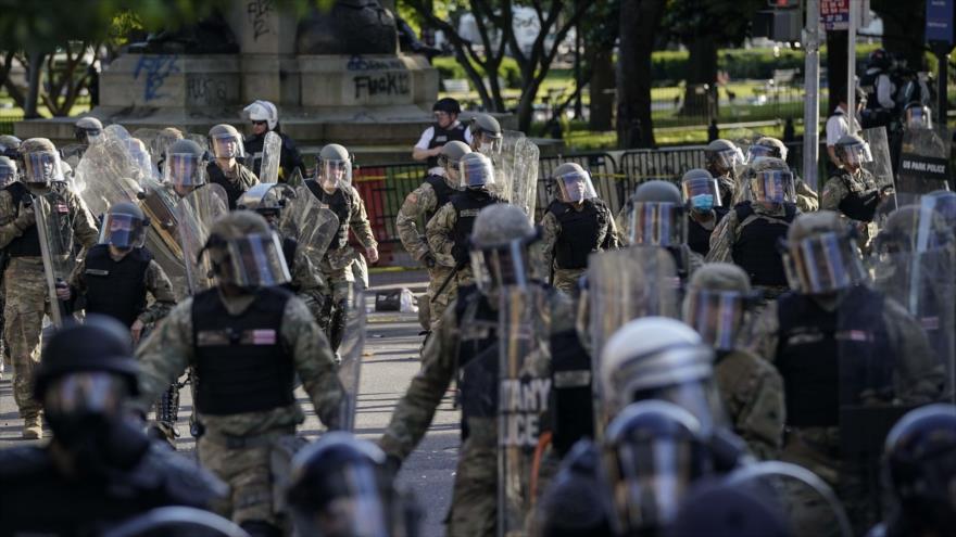 Agentes antidisturbios toman las calles para frenar las protestas tras el asesinato de George Floyd, Washington D.C., 1 de junio de 2020. (Foto: AFP)