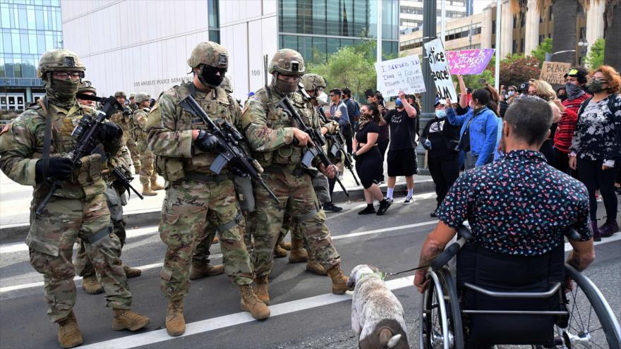 Los miembros de la Guardia Nacional enfrentan a los manifestantes por la muerte de George Floyd, California, EE.UU., 1 de junio de 2020. (Foto: AFP)
