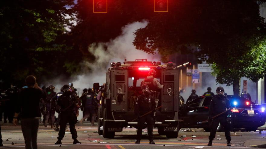 Policía de Seattle, después de dispersar una protesta contra la muerte de Floyd en un barrio de Seattle, Washington, 1 de junio de 2020. (Foto: AFP)