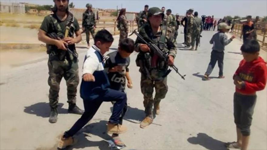 Vídeo: Niños sirios impiden paso de convoy de EEUU en Al-Hasaka