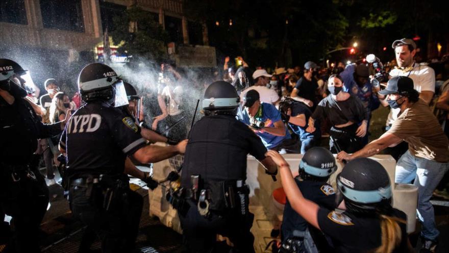 La Policía se involucra en choques con los manifestantes en una protesta por George Floyd, Brooklyn, Nueva York, 30 de mayo de 2020. (Foto: Reuters)