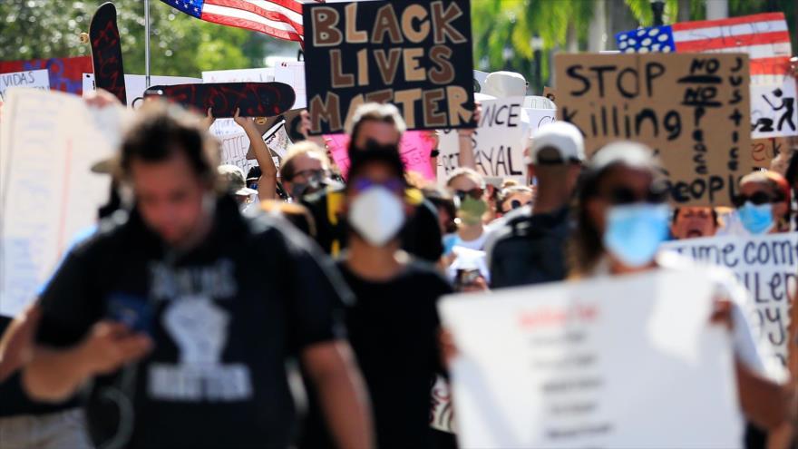 Manifestantes estadounidenses protestan por el asesinato del afroamericano George Floyd, Miami, Florida, 30 de mayo de 2020. (Foto: AFP)