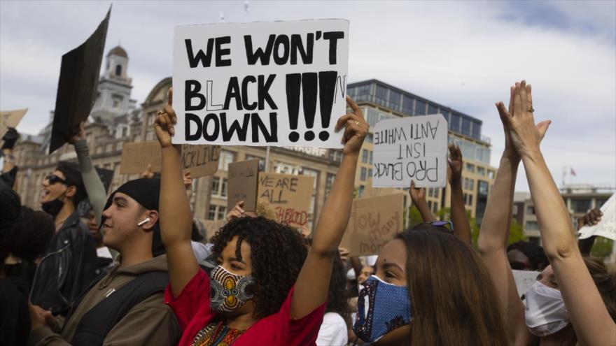Manifestantes estadounidenses protestan en Ámsterdam, los Países Bajos, por el asesinato del afroamericano George Floyd , 1 de junio de 2020. (Foto: AP)