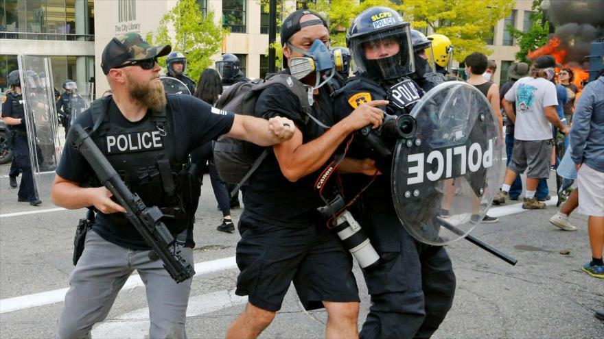Policías de EE.UU. reprimen a los manifestantes en protestas contra el asesinato de George Floyd.