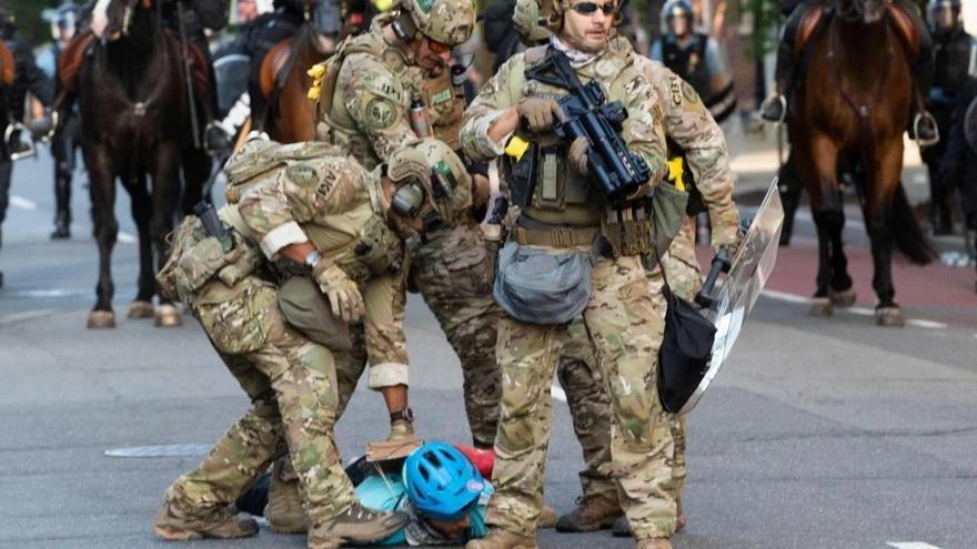 Oficiales de la Policía detienen a un manifestante cerca de la Casa Blanca en Washington, la capital, junio de 2020. (Foto: AFP)